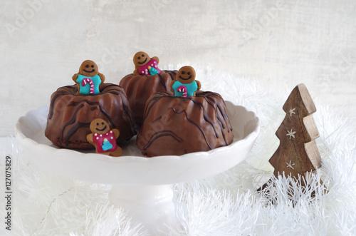 kleine schokoladengugelhupfe mit lebkuchenm nnchen zu. Black Bedroom Furniture Sets. Home Design Ideas