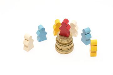 Ungerechte Verteilung des Geldes - Szene mit Spielfiguren
