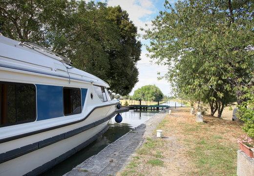 Canal latéral de la Loire: écluse.