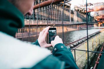 Smartphone-Fotografie/Mann macht ein Foto mit dem Smartphone