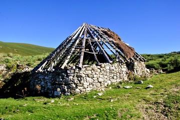 Casa De Piedra Y Paja En Construcción