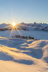 Sonnenuntergang in der verschneiten Winterlandschaft