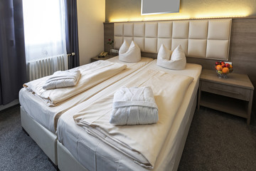 Doppelbett im Hotel mit Obstschale