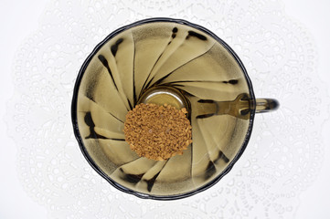 Кофе в черной чашке на белой салфетке