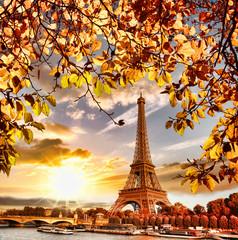 Wieża Eiffla z jesiennych liści w Paryżu, Francja