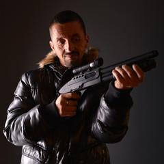 homme avec arme à feu