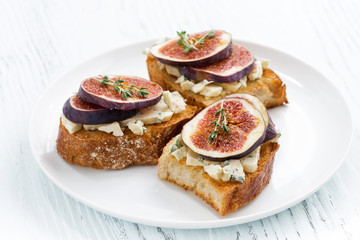 toast with figs and blue cheese