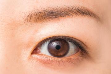 若い女性の片目 woman of colored contact lenses