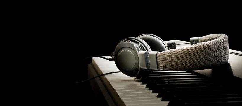 Piano keyboard and headphones - Pianoforte e cuffie