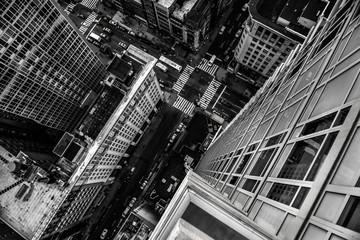 Widok z góry od wieżowca do ulicy miasta na Manhattanie w Nowym Jorku - 127227638