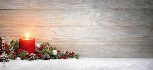 weihnachten oder advent hintergrund holz eine kerze und tannenzweige auf schnee panorama. Black Bedroom Furniture Sets. Home Design Ideas