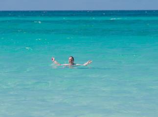 Frau am Strand von Varadero auf Kuba