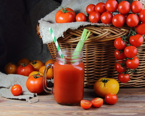 томатный сок в кружке с плетеной корзиной и свежими помидорами