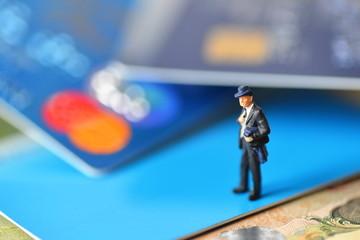 クレジットカートの上にビジネスマン