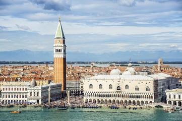 Venedig Markusplatz Dogenpalast Campanile und viele Touristen wi