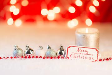 weihnachtsdekoration mit silbernen kugeln