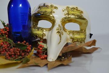 Bodegón otoñal con máscaras.