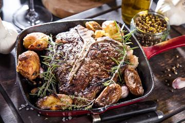 T-bone Steak frisch zubereitet in einer Grill pfanne