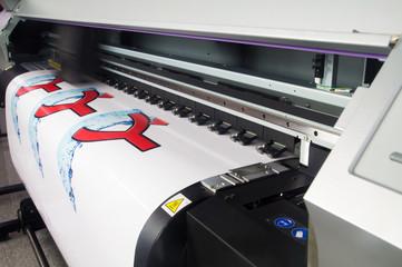 Werbetechnik / Digitaldrucker druckt auf Klebefolie / Werbung