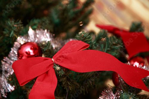 nahaufnahme einer roten schleife an einem weihnachtsbaum. Black Bedroom Furniture Sets. Home Design Ideas