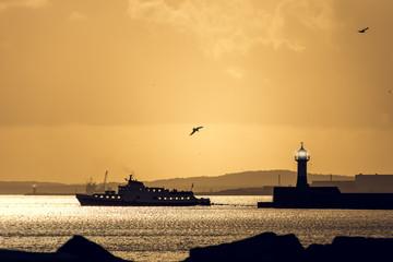 Leuchtturm Sassnitz - Rügen im Sonnenuntergang mit Ausflugsschiff