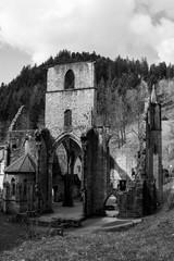 Ruinen einer mittelalterlichen Klosteranlage im Schwarzwald