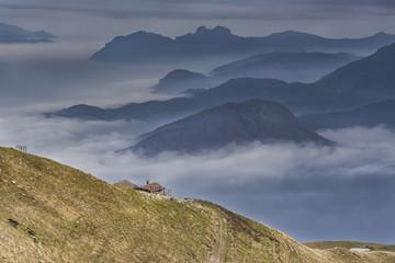 Nebbia tra le alpi
