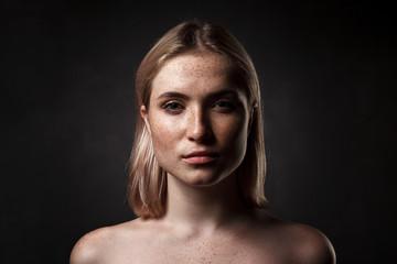 cinematic portrait of girl in dark studio Fototapete