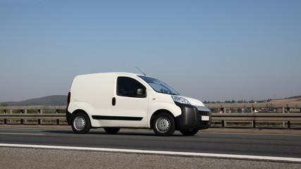 Minivan vom Kundenservice unterwegs während einer Dienstfahrt auf deutscher Straße