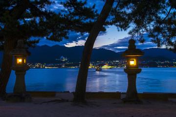 夕暮れの宮島から広島市内の夜景