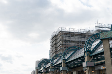 修繕工事中の日本のマンションとアーケード
