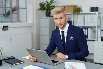 moderner junger geschäftsmann arbeitet am laptop
