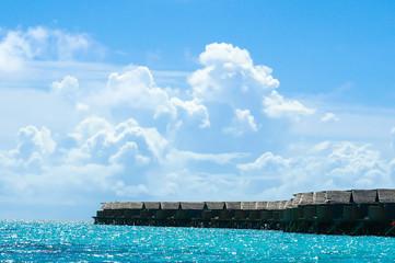モルディブの海、空の青と雲のコントラストが最高