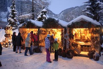 Romantischer Weihnachtsmarkt in Bayern im Schnee