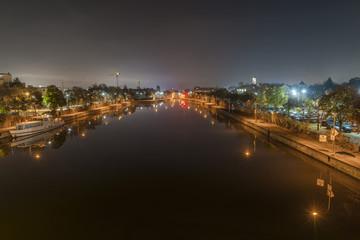 Nachtaufnahme der Protzenweiher Brücke und Europakanal in Regensburg im Nebel