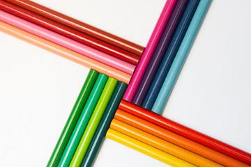 Lápices de colores patrón cruzado en diagonal sobre fondo aislado blanco