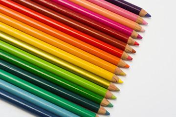 Lápices de colores en fila sobre fondo aislado blanco
