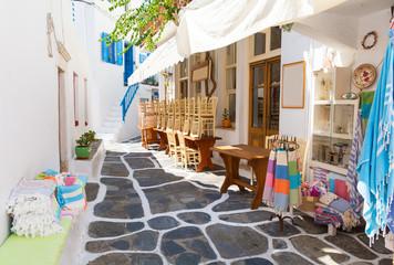 Obraz  Wąska uliczka na wyspie Mykonos, Cyklady, Grecja - fototapety do salonu