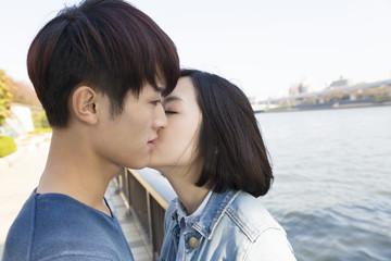 男女 恋人 カップル キス 口づけ 愛 幸せ 屋外 隅田川