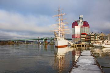 """Gothenburg port - Göteborg Hafen mit berühmten """"Lippenstift""""-Hochhaus"""