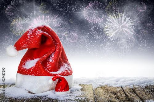 weihnachtsm tzen auf verschneiten holzbrettern vor silvesterfeuerwerk stockfotos und. Black Bedroom Furniture Sets. Home Design Ideas