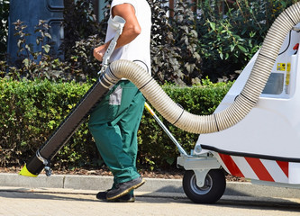 Street cleaner works with a vacum cleaner