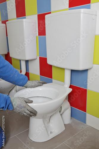 plombier installant wc enfants photo libre de droits sur la banque d 39 images. Black Bedroom Furniture Sets. Home Design Ideas