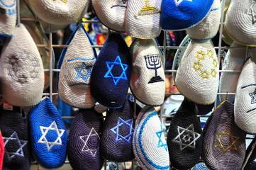 Gehäkelte Kippas mit Davidstern auf dem Markt in Jerusalem