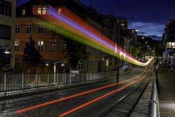 Verkehr auf einer Strassenbahnbrücke in Freiburg bei Nacht