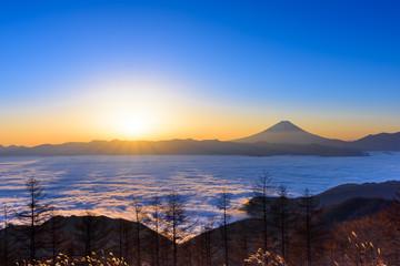 雲海に浮かぶ富士山と日の出