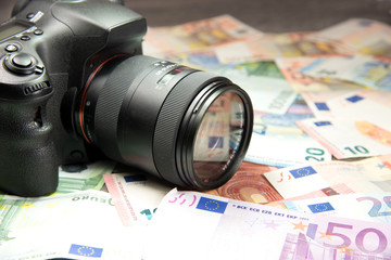 Eine Fotokamera und Geld