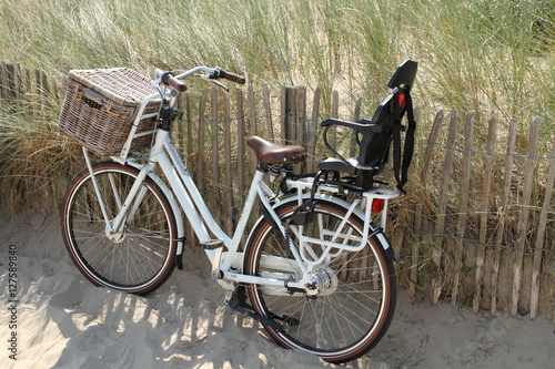fahrrad am strand mit kindersitz stockfotos und. Black Bedroom Furniture Sets. Home Design Ideas