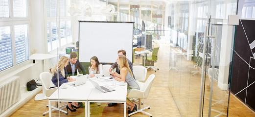 Business Team beim Meeting