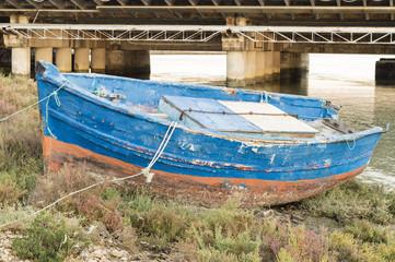 vieja barca de pesca, en la orilla del rio